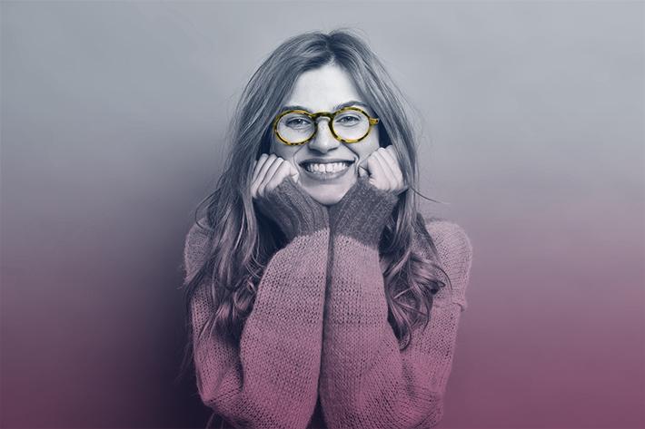 mulher-de-oculos-sorrindo
