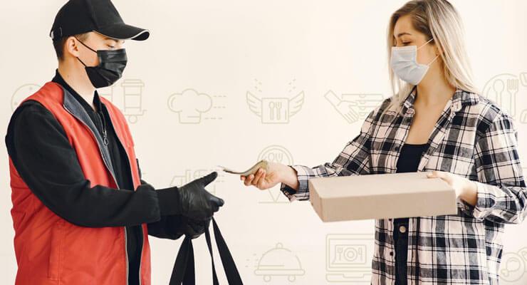 cliente recebendo produto do entregador