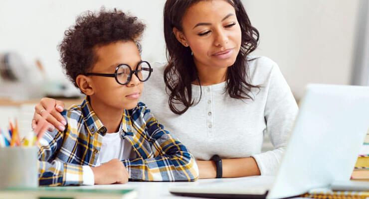 filho estudando com suporte da mãe