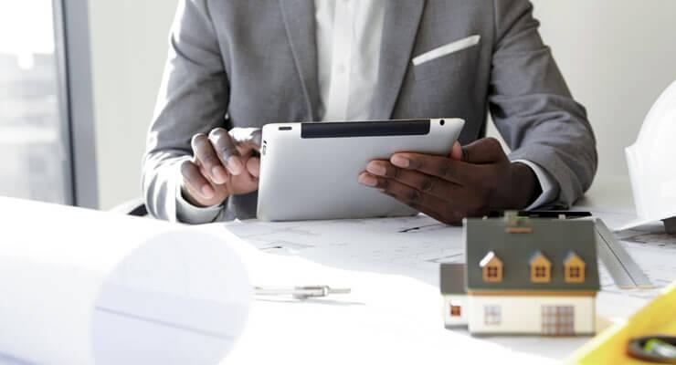 pessoa pesquisando imóvel pelo tablet